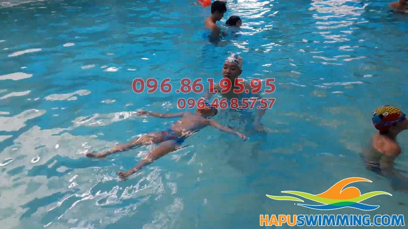 Bé học bơi tại bể bơi Bảo Sơn