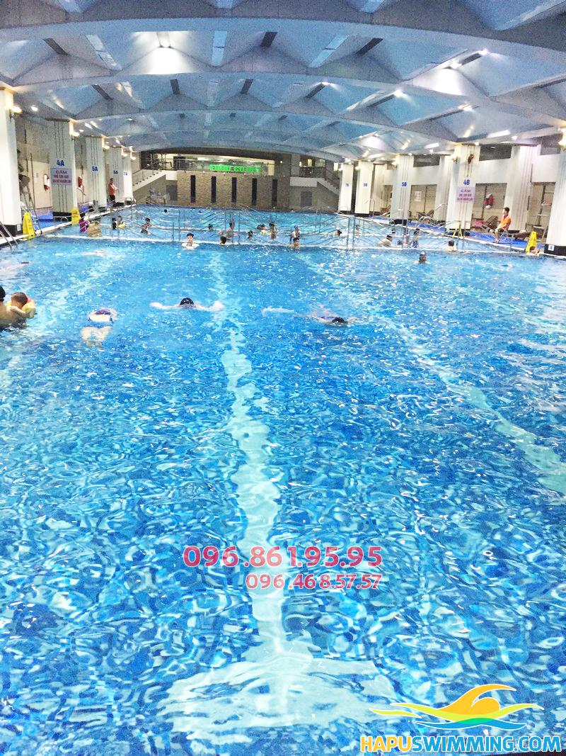 Giữa lòng Hà Nội khói xe, bụi đường vẫn có 1 bể bơi nước biển cực rộng lớn như Hapulico
