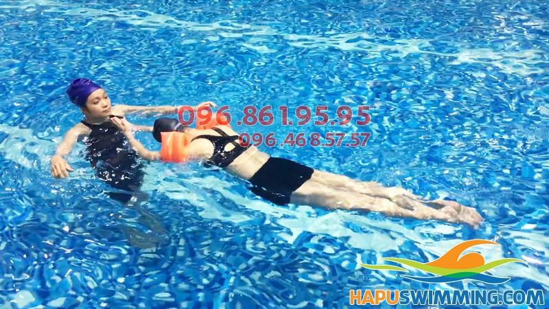 Học bơi tại Hapulico 2019 có giáo viên nữ