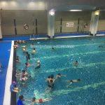 Có thật bơi lội giúp trẻ chữa khỏi bệnh tự kỷ không?
