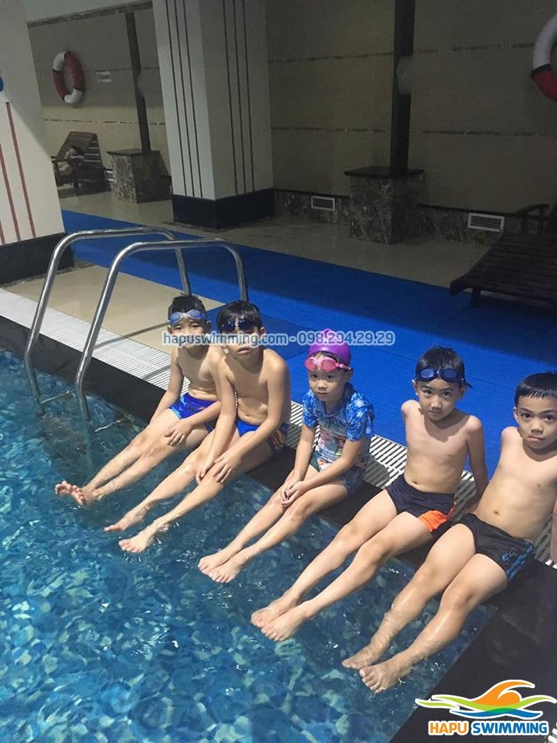 """""""Đột nhập"""" lớp học bơi trẻ em tại bể bơi Hapulico 2020"""