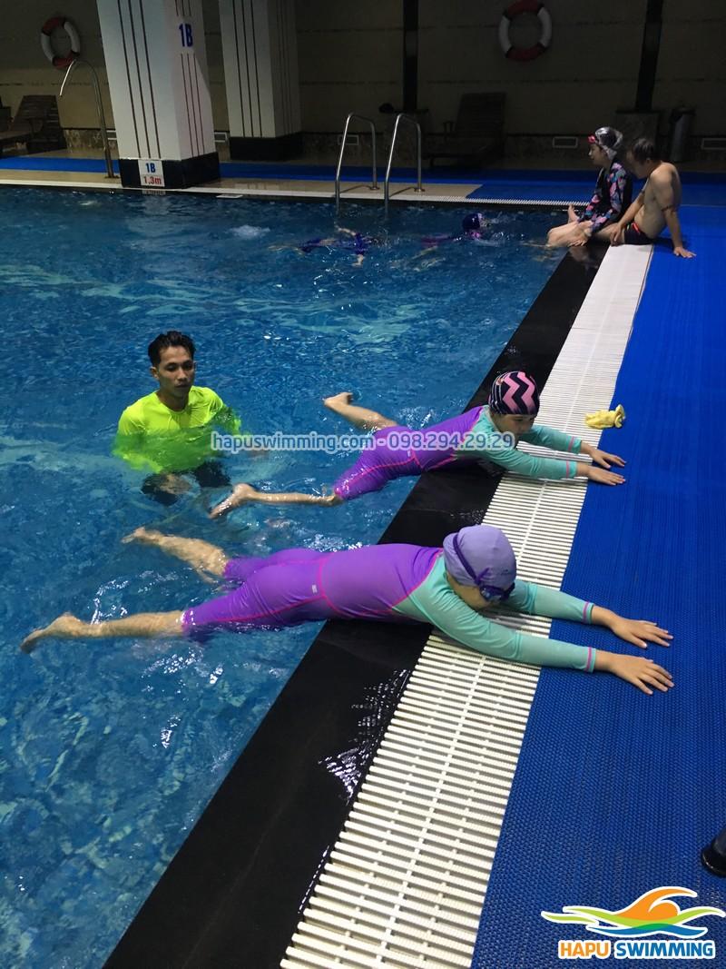 Có nên dạy trẻ học bơi ở nhà hay không?