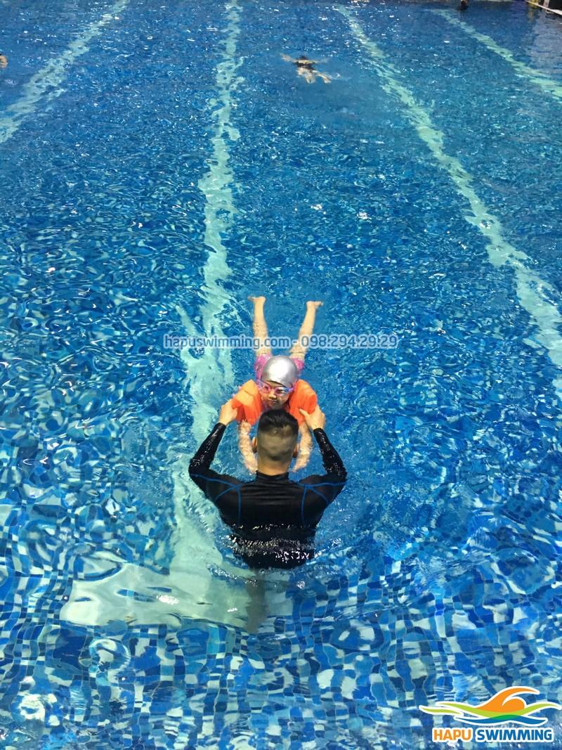 Một số lưu ý trong việc cho trẻ học bơi sớm, các bố mẹ cần nắm rõ