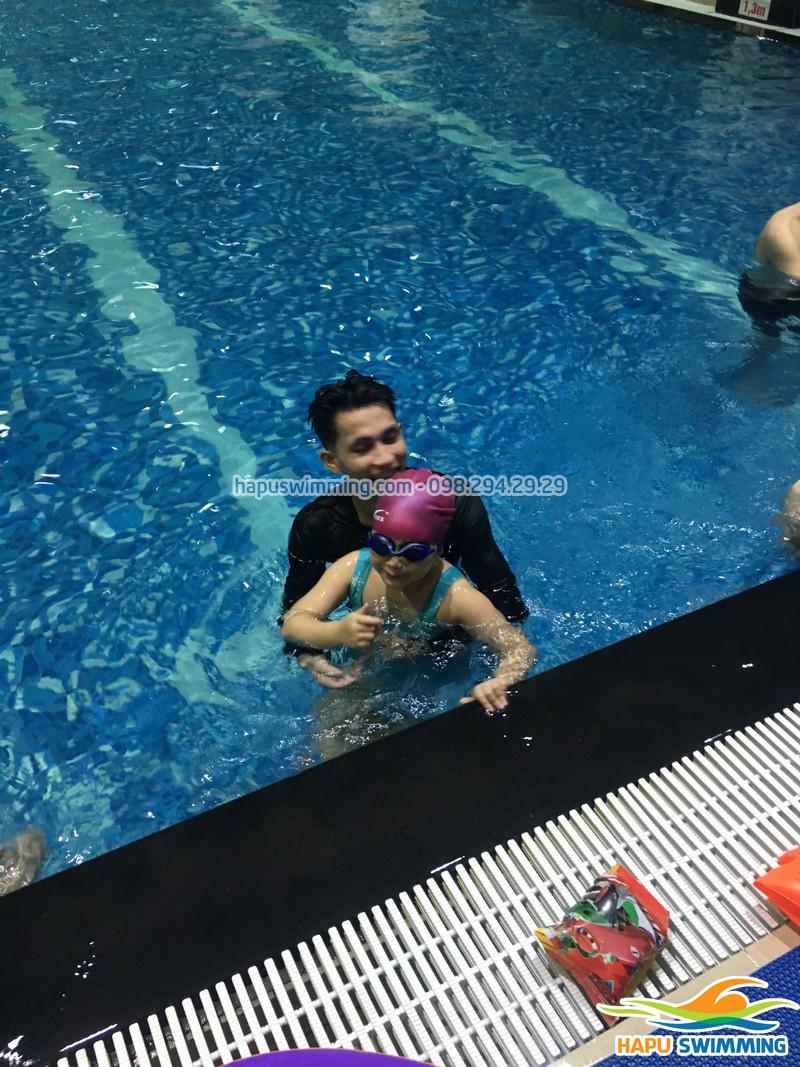 Các bước dạy bơi cho trẻ ở nhà đơn giản, an toàn