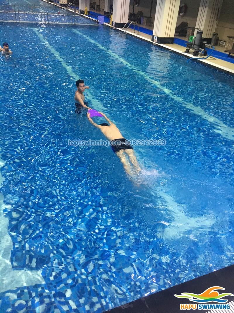 Hụt hơi khi bơi sải: Nguyên nhân và cách khắc phục!