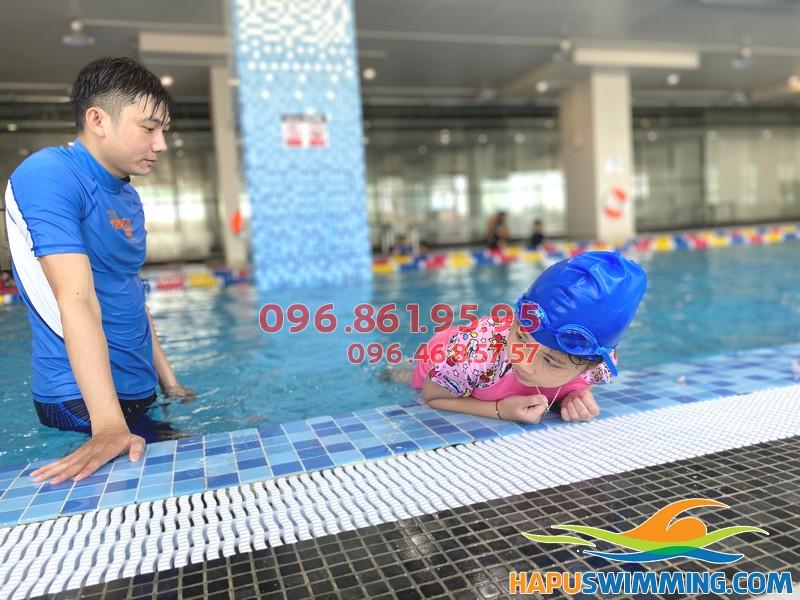 Bé học bơi với hình thức kèm riêng an toàn, chất lượng