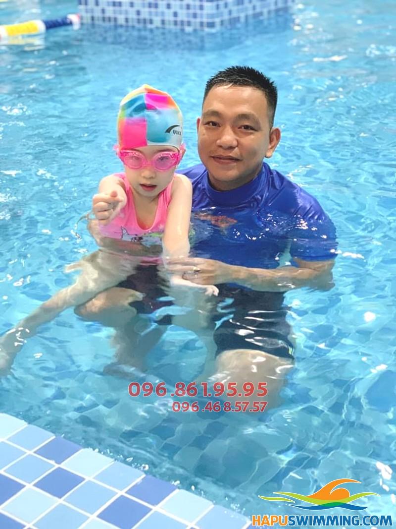 Bé học bơi kèm riêng giá rẻ tại bể The Legend Pool
