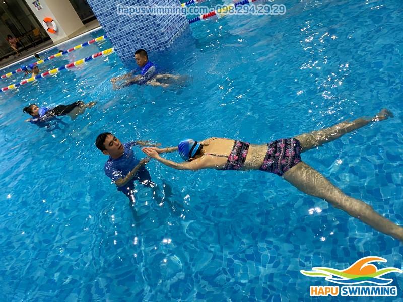 Học viên học bơi ếch tại bể bơi The Legend