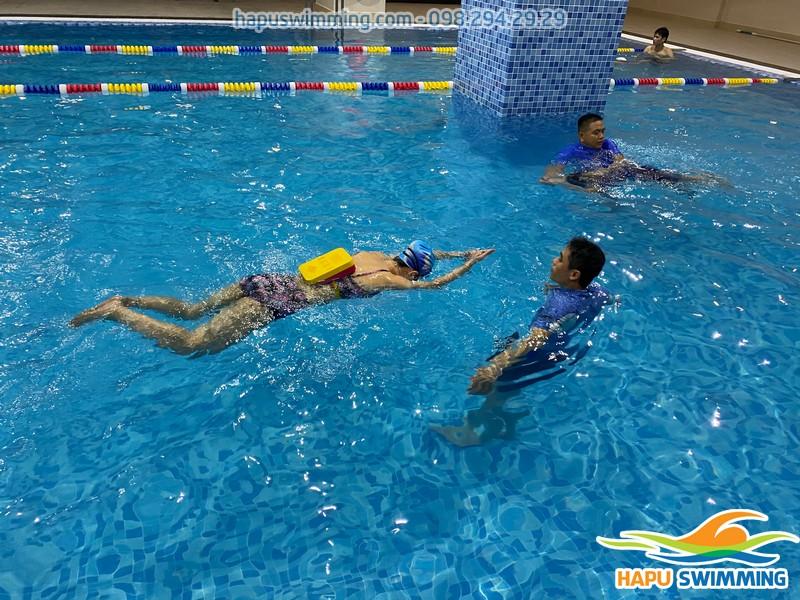 Học bơi kèm riêng cùng đội ngũ giáo viên giỏi, chuyên nghiệp