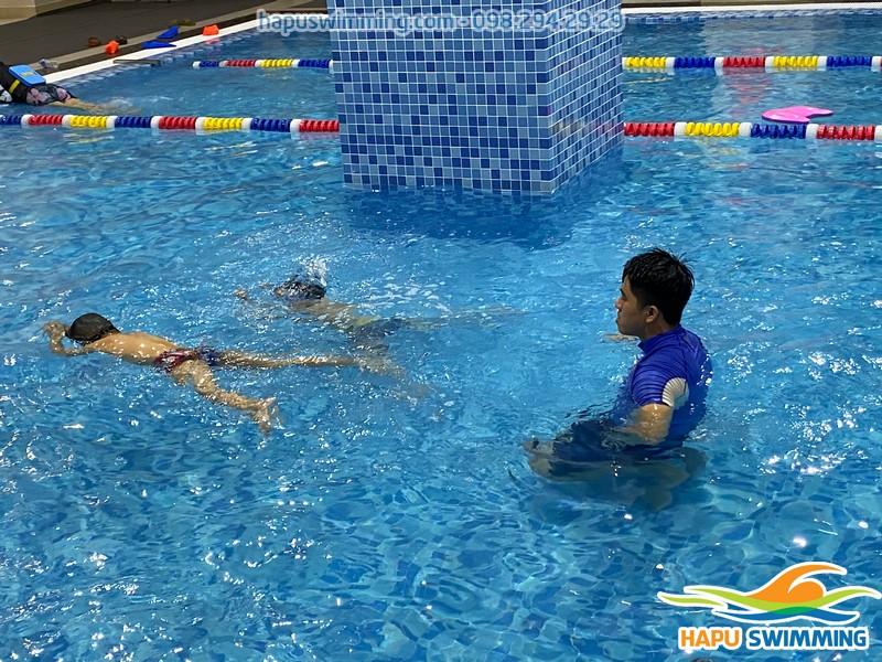 Đây là hình ảnh bé tập bơi khi tham gia buổi thứ 6 tại The Legend Pool