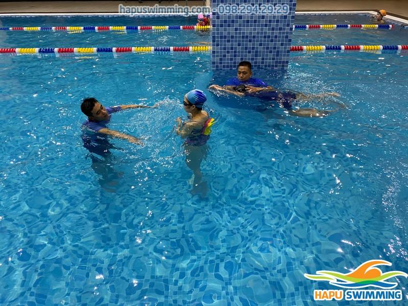 Hộc bơi an toàn, chất lượng tại bể bơi The Legend Nguyễn Tuân
