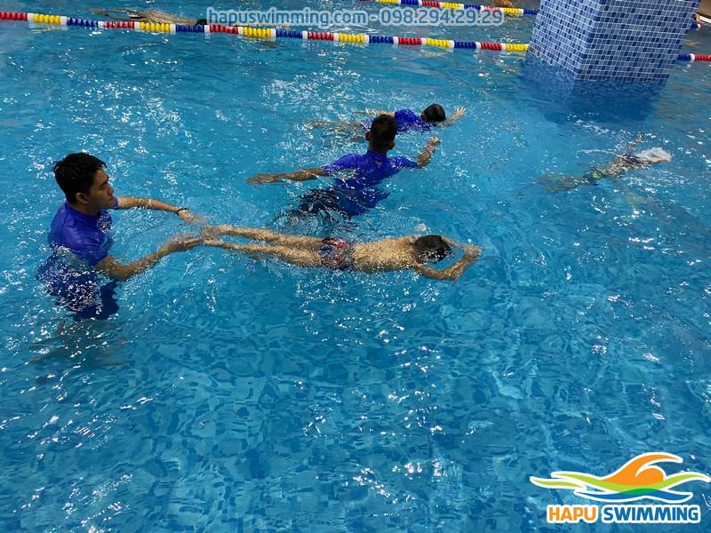 Bé được học bơi ếch và các kỹ năng bơi lội tại The Legend Pool