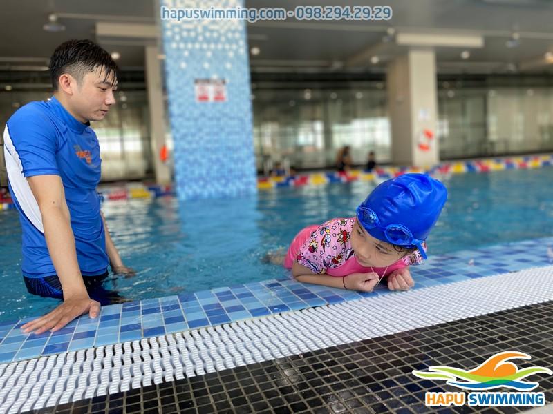 Bé học bơi tại The Legend Pool sẽ được học bơi ếch và các kỹ năng sinh tồn dưới nước