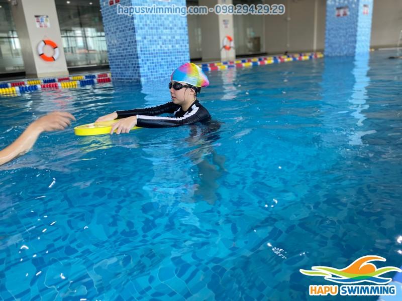 Bể bơi The Legend Nguyễn Tuân sạch sẽ, an toàn cho bé học bơi