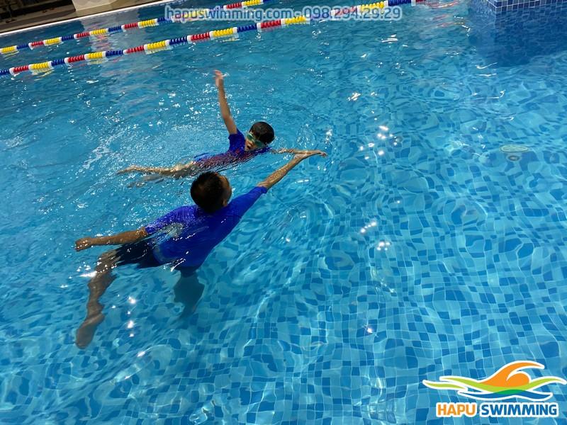"""Bé được học bơi """"thực chiến"""" cùng đội ngũ giáo viên giỏi"""