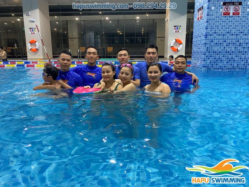 Đội ngũ giáo viên dạy bơi tại bể bốn mùa The Legend Pool vô cùng chuyên nghiệp