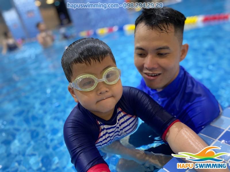 Lớp học bơi bể nước nóng The Legend Pool được tổ chức với hình thức dạy kèm riêng chất lượng