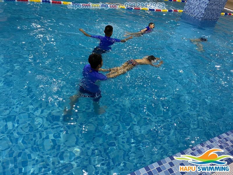 Lớp học bơi Thanh Xuân uy tín nhất, cam kết 100% học viên biết bơi
